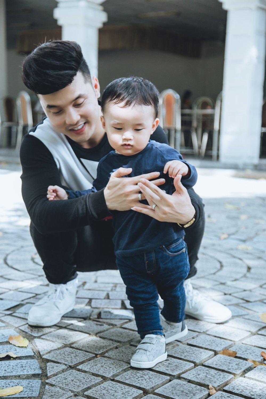 Bo con Ung Hoang Phuc sieu dang yeu trong loat anh moi hinh anh 2