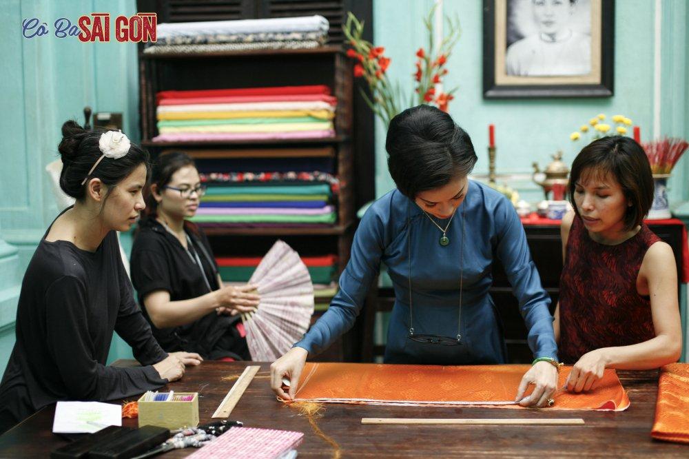 Ngo Thanh Van tu tay may ao dai bang may may thoi xua hinh anh 2