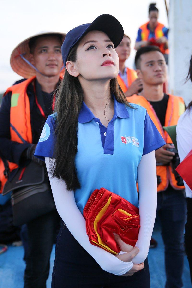 Chi Pu 'chay het minh' cung hang tram sinh vien tai dao Phu Quy hinh anh 2