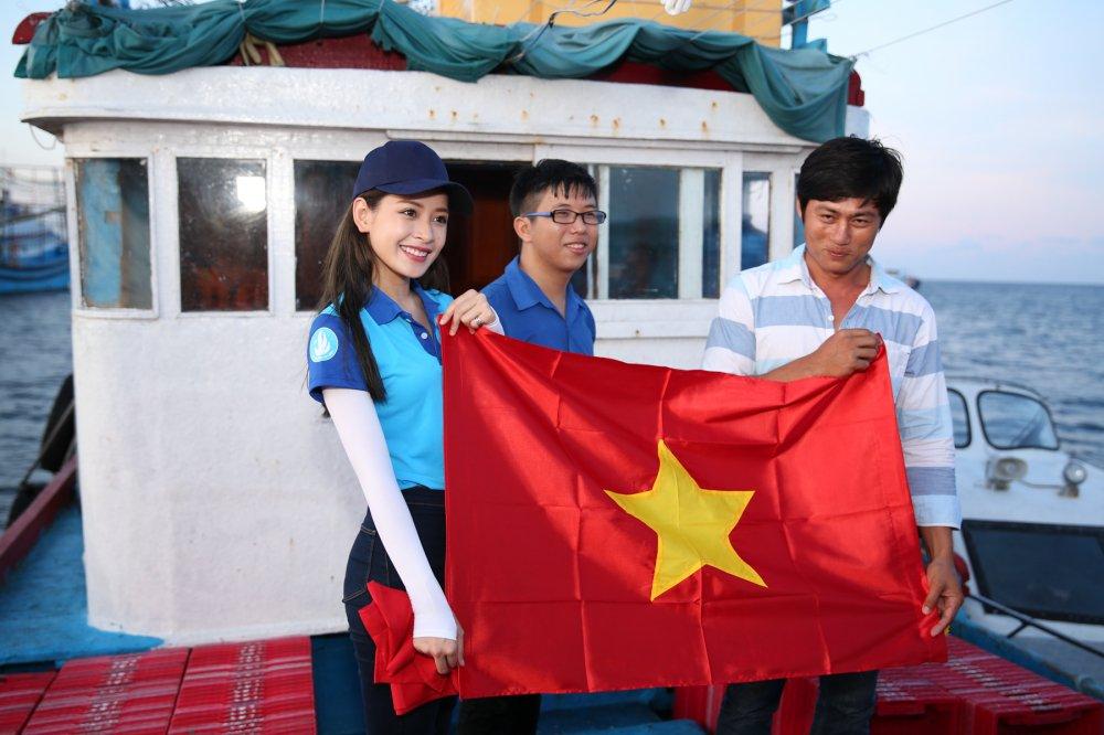 Chi Pu 'chay het minh' cung hang tram sinh vien tai dao Phu Quy hinh anh 4