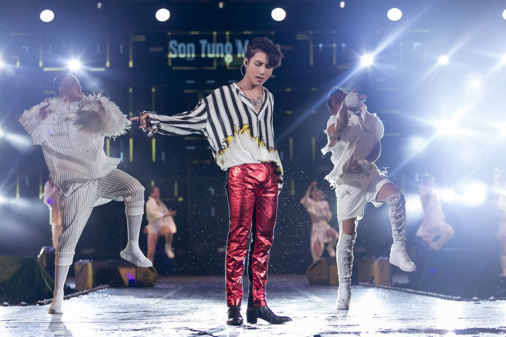 Son Tung M-TP duoc Bi Rain vo vai, bat tay day than mat hinh anh 1