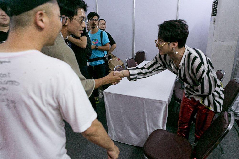Son Tung M-TP duoc Bi Rain vo vai, bat tay day than mat hinh anh 2