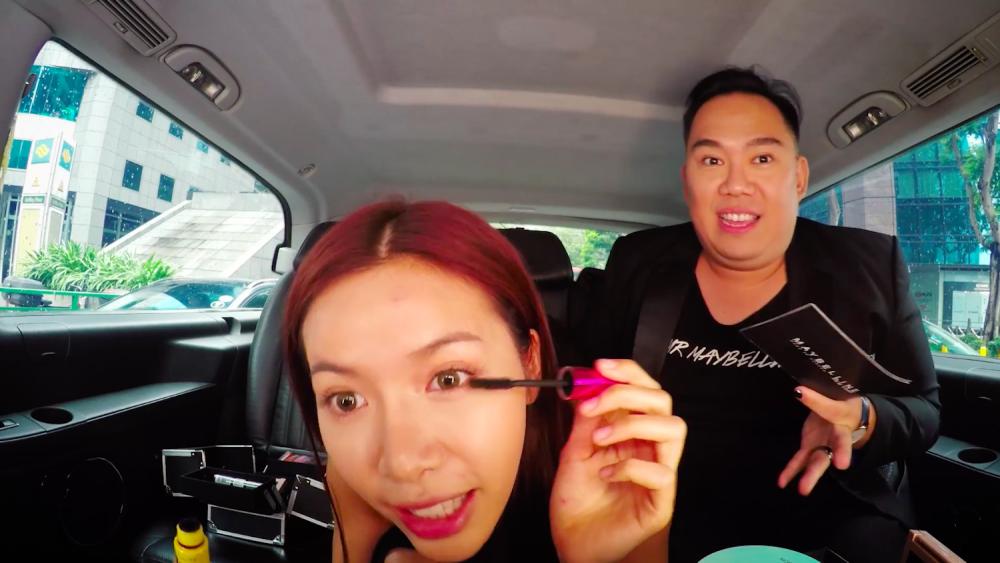 Video: Minh Tu vua trang diem vua 'ban' tieng Anh gay sot hinh anh 1