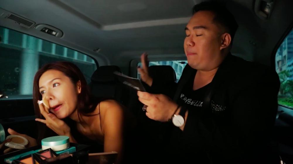 Video: Minh Tu vua trang diem vua 'ban' tieng Anh gay sot hinh anh 2