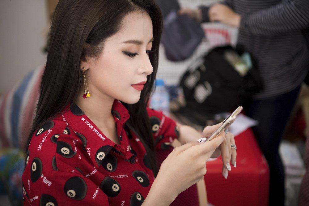 Chi Pu nhiet tinh tham gia dieu hanh tai Ho Guom bat chap nang nong hinh anh 2