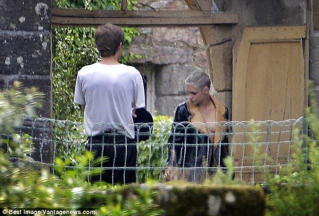 Kristen Stewart tao bao khi chi mac moi ao khoac de che vong 1 hinh anh 2