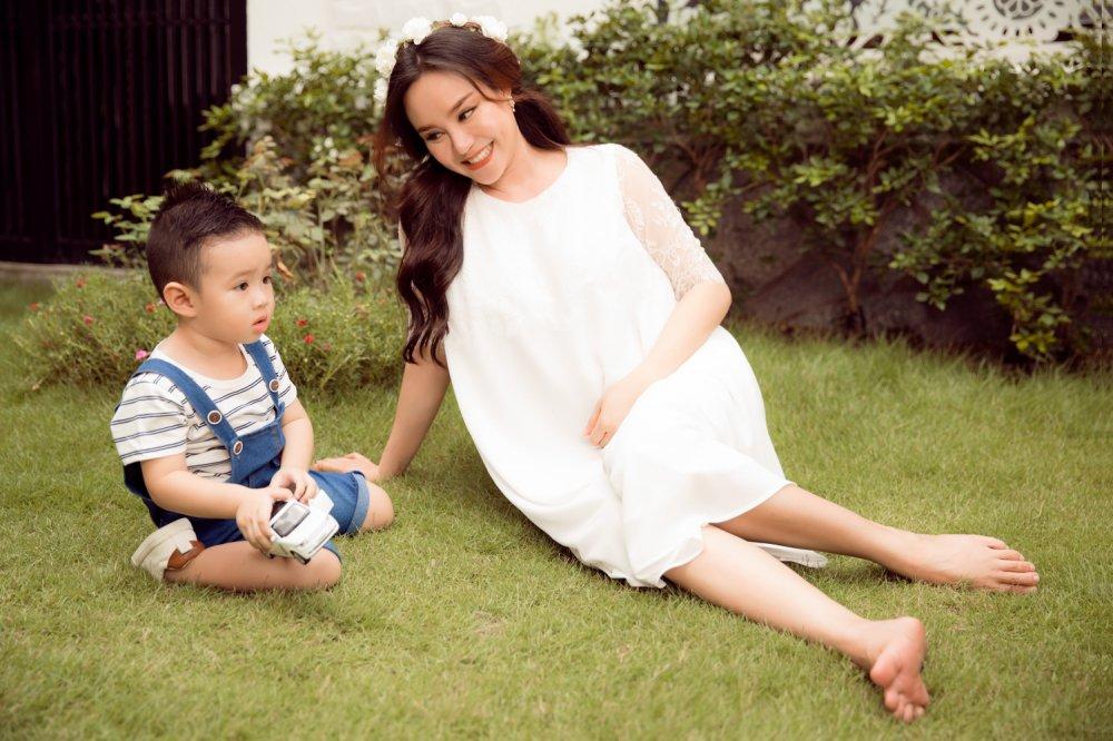 Vy Oanh hanh phuc ben con trai trong thang cuoi cua thai ki hinh anh 4