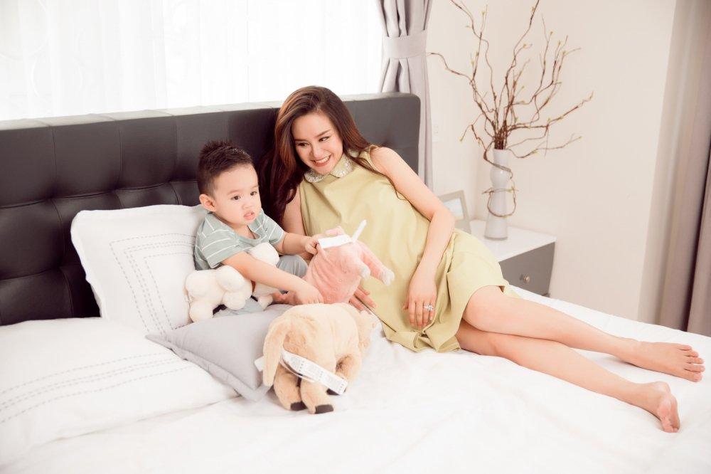 Vy Oanh hanh phuc ben con trai trong thang cuoi cua thai ki hinh anh 5