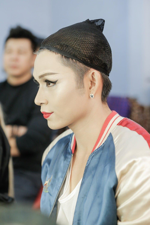 Hoa than thanh Dong Nhi, Jun Pham xau ho khi phai dien trang phuc qua sexy hinh anh 2