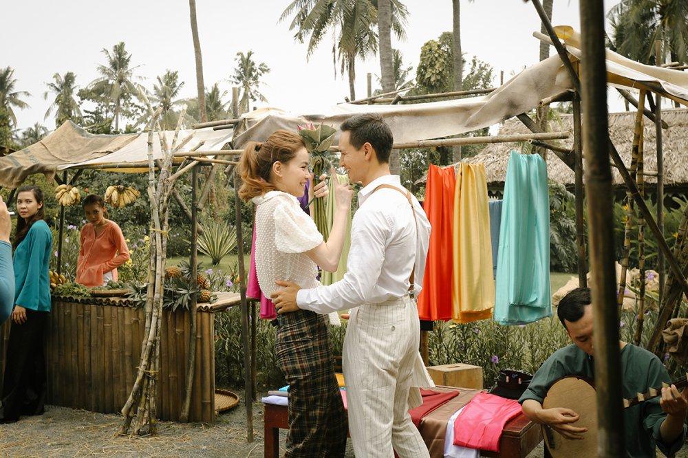 Ho Ngoc Ha va Kim Ly 'liec mat dua tinh' giua cho hinh anh 4