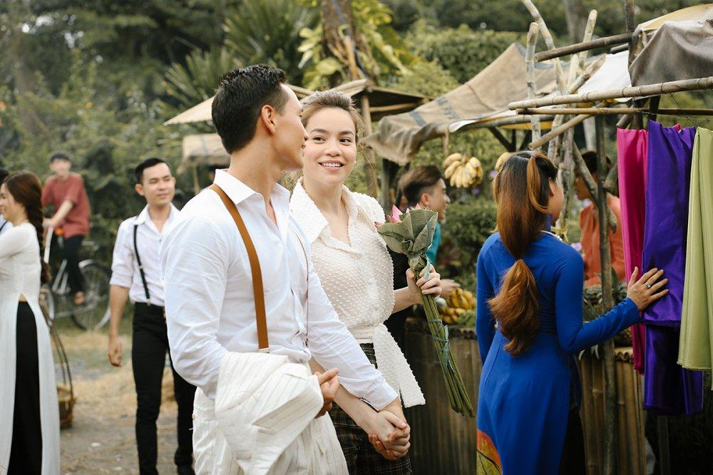 Ho Ngoc Ha va Kim Ly 'liec mat dua tinh' giua cho hinh anh 5