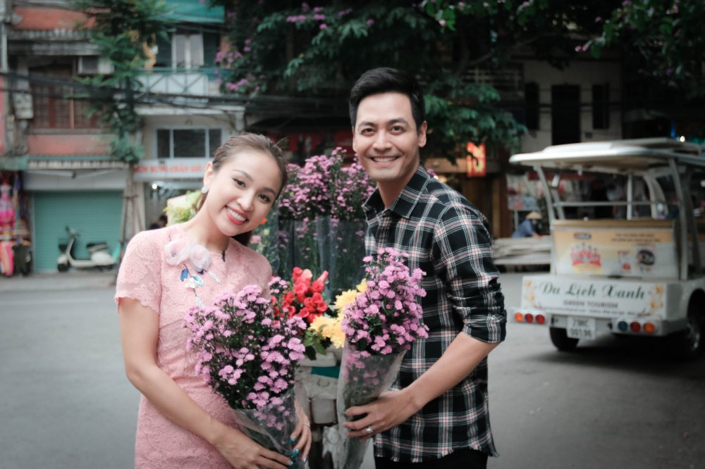MC Phan Anh – Thanh Van 'hoi xoay dap xoay' ve bun dau Ha Noi hinh anh 1