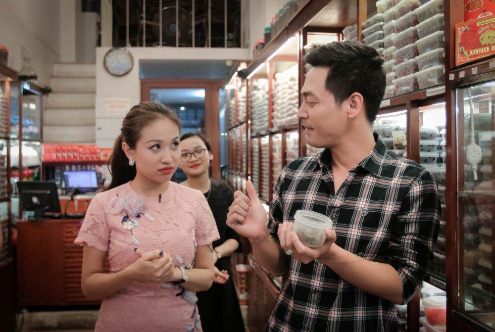 MC Phan Anh – Thanh Van 'hoi xoay dap xoay' ve bun dau Ha Noi hinh anh 4