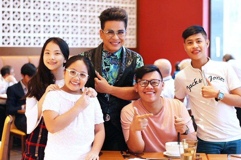 Doan Trang - Thanh Bach dua hoc tro di tham tre em khuyet tat, mo coi hinh anh 4