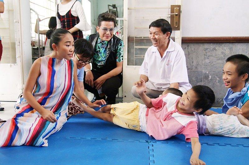 Doan Trang - Thanh Bach dua hoc tro di tham tre em khuyet tat, mo coi hinh anh 1