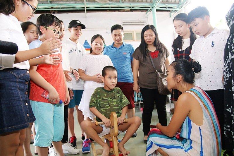 Doan Trang - Thanh Bach dua hoc tro di tham tre em khuyet tat, mo coi hinh anh 2