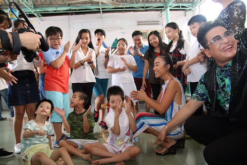 Doan Trang - Thanh Bach dua hoc tro di tham tre em khuyet tat, mo coi hinh anh 3