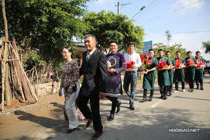 Trung Kien di xe mui tran sang trong den hoi cuoi Le Phuong hinh anh 10