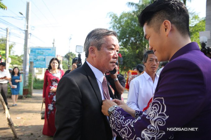 Trung Kien di xe mui tran sang trong den hoi cuoi Le Phuong hinh anh 8