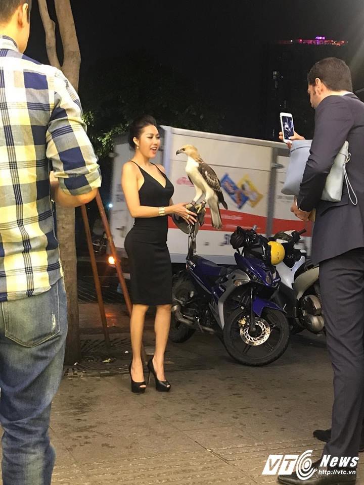 Phi Thanh Van dien vay ho bao, dao pho cung trai la hinh anh 3