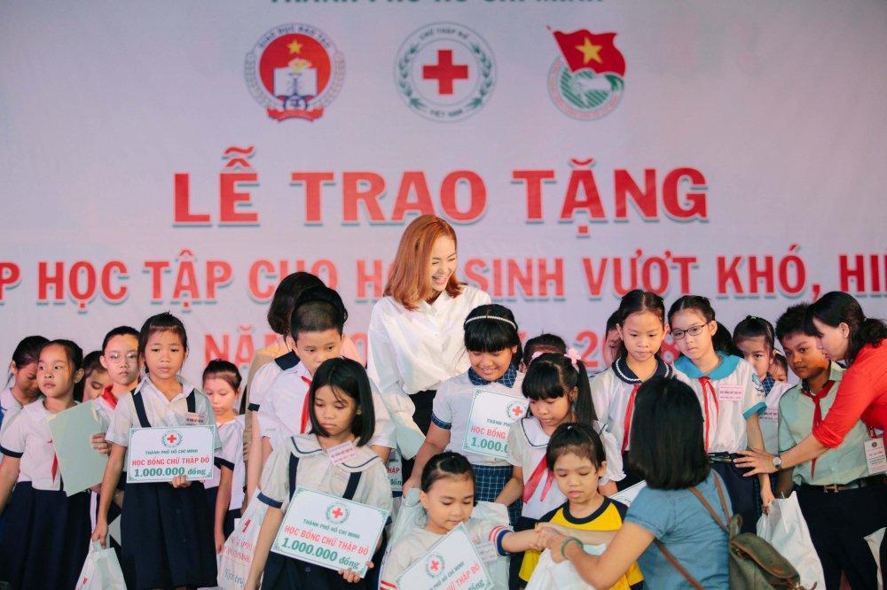 Minh Hang rang ro trao qua cho cac hoc sinh ngheo vuot kho hinh anh 5