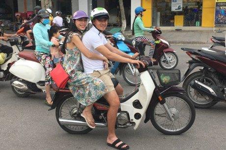 Cong Vinh di dep le, cho Thuy Tien di lam tu thien khien dan mang thich thu hinh anh 3