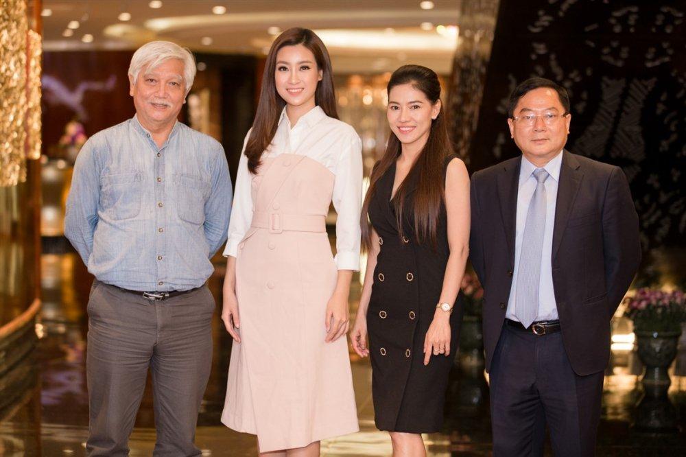Hoa hau Do My Linh nghe loi dan cua chuyen gia truoc khi du thi Miss World 2017 hinh anh 2