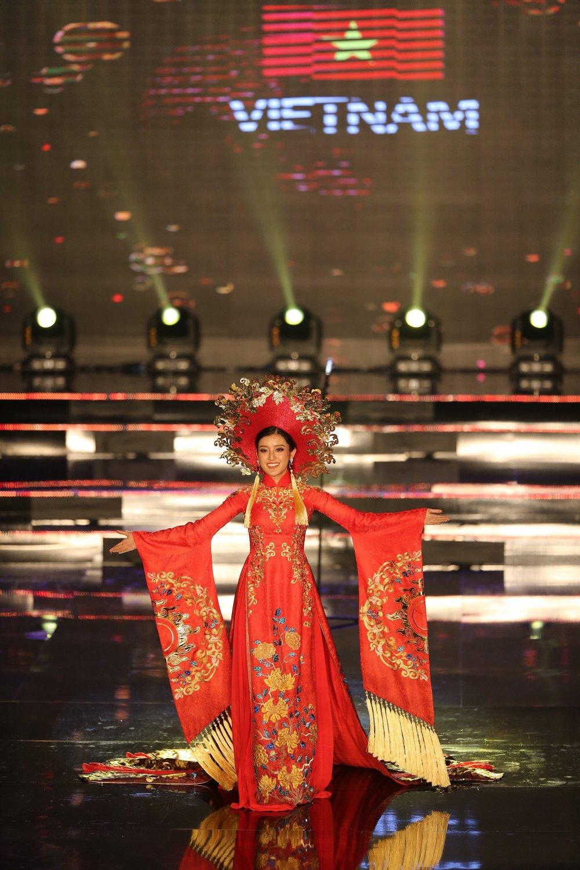 A hau Huyen My lay lai phong do, dan dau binh chon 'Miss Grand International 2017' hinh anh 2