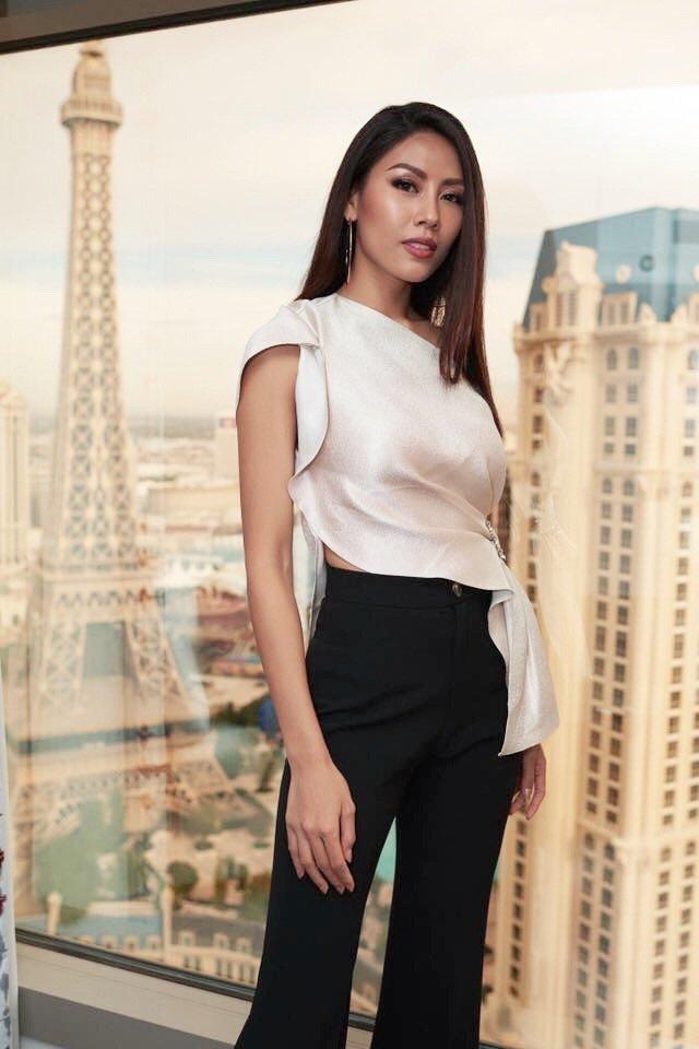 Nguyen Thi Loan trinh dien trang phuc dan toc noi bat tai Hoa hau Hoan vu 2017 hinh anh 1