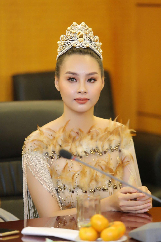 Hoa hau Bien Thuy Trang rang ro nhan vai tro Dai su moi truong hinh anh 2