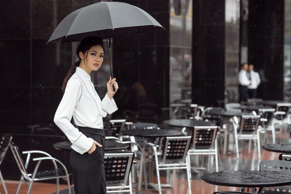 Chan nu tinh, A hau Thanh Tu dien trang phuc cuc 'chat' xuong pho hinh anh 2
