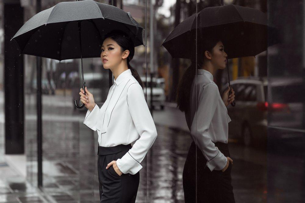 Chan nu tinh, A hau Thanh Tu dien trang phuc cuc 'chat' xuong pho hinh anh 1