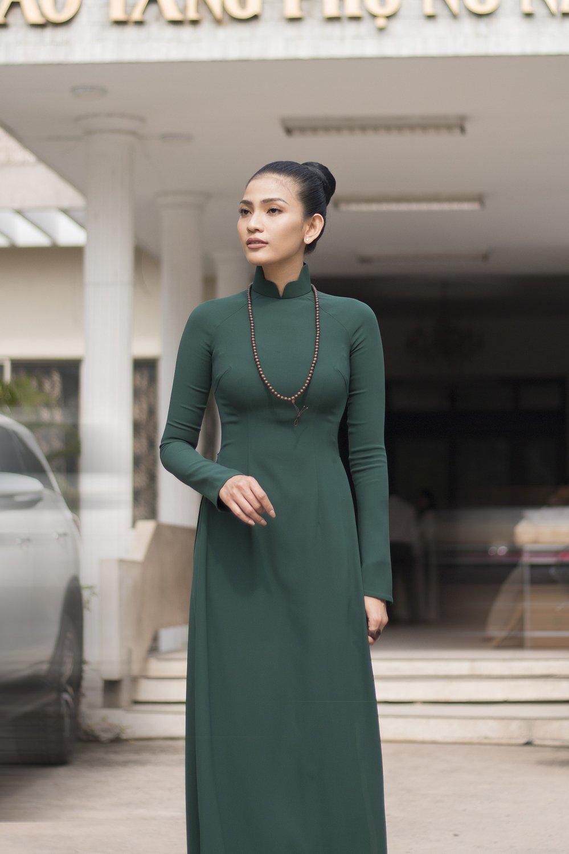 A hau Truong Thi May xuc dong tang ao dai me may cho bao tang hinh anh 3