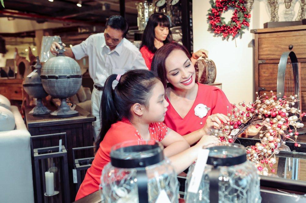 Vo chong Minh Khang – Thuy Hanh dua hai cong chua di mua sam hinh anh 3