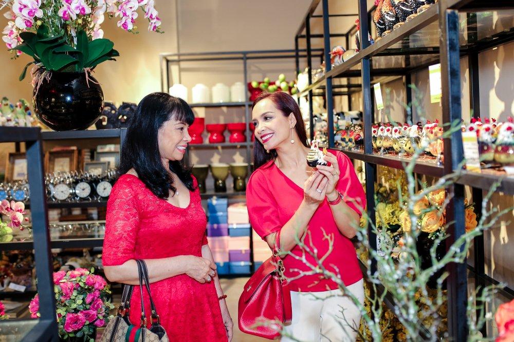 Vo chong Minh Khang – Thuy Hanh dua hai cong chua di mua sam hinh anh 6