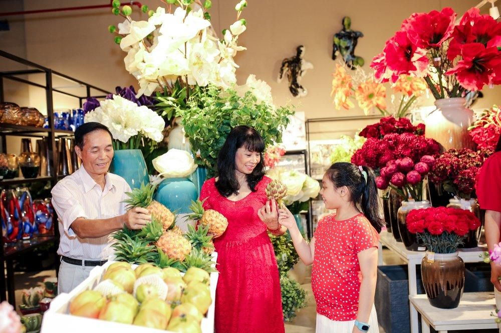 Vo chong Minh Khang – Thuy Hanh dua hai cong chua di mua sam hinh anh 7