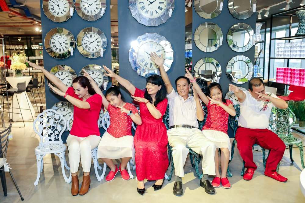 Vo chong Minh Khang – Thuy Hanh dua hai cong chua di mua sam hinh anh 8