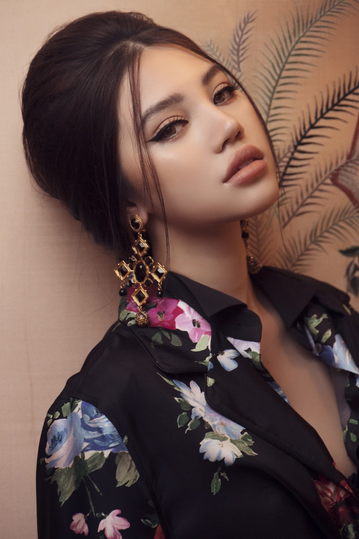 Hoa hau Jolie Nguyen khoe ve dep quyen ru voi phong cach co dien hinh anh 1