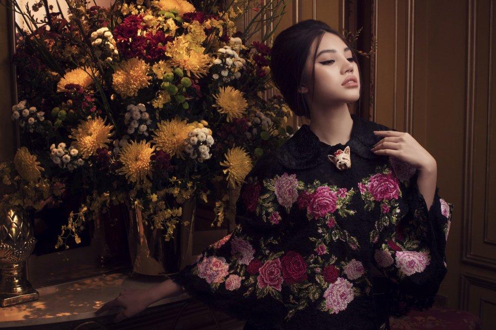 Hoa hau Jolie Nguyen khoe ve dep quyen ru voi phong cach co dien hinh anh 3
