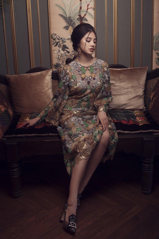 Hoa hau Jolie Nguyen khoe ve dep quyen ru voi phong cach co dien hinh anh 4