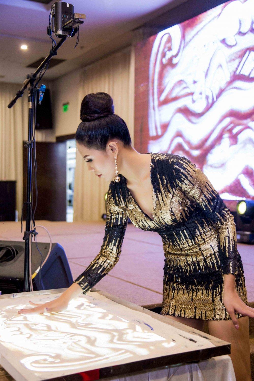 A hau Nguyen Thi Loan tu tin khoe tai ve tranh cat dieu luyen hinh anh 2