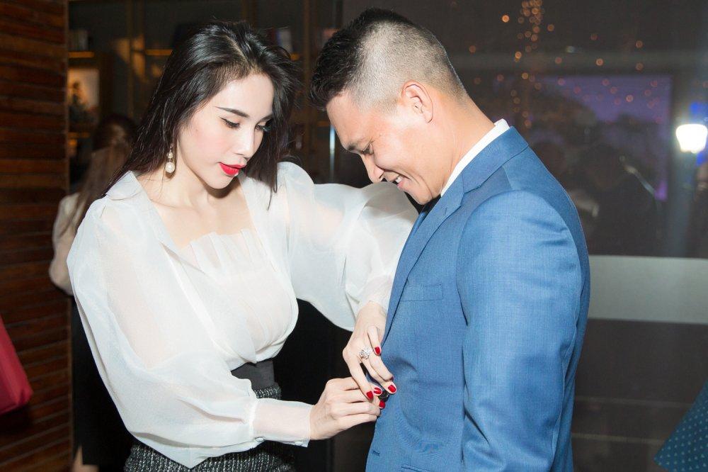 Cong Vinh tang Thuy Tien mon qua dac biet mung vo len chuc Tong giam doc hinh anh 3