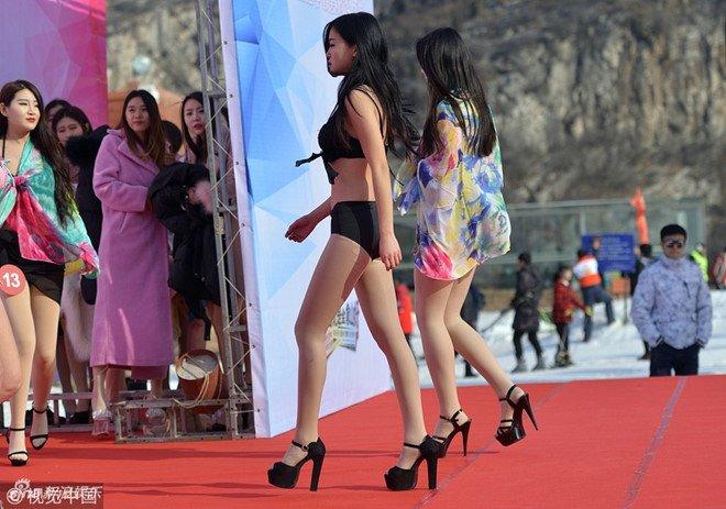 Thi sinh cuoc thi nhan sac Trung Quoc trinh dien bikini noi bang tuyet hinh anh 2