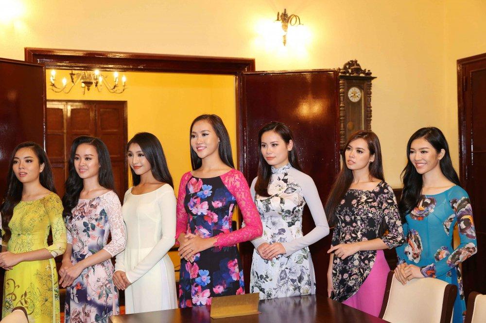 Hoang Thuy cung dan thi sinh 'Hoa hau Hoan vu' do sac trong ta ao dai hinh anh 4