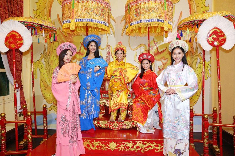 Hoang Thuy cung dan thi sinh 'Hoa hau Hoan vu' do sac trong ta ao dai hinh anh 2