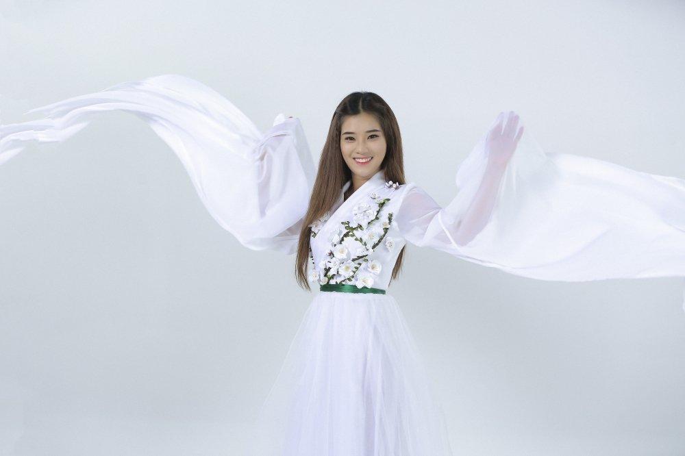 Sau 4 thang im ang, Hoang Yen Chibi 'tai xuat' voi MV dam mau co trang hinh anh 2