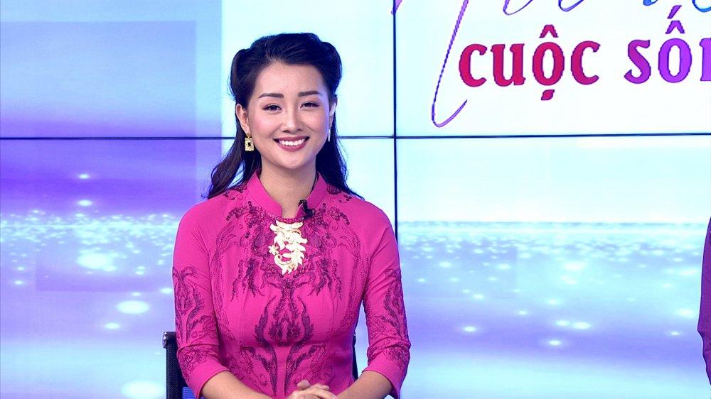 MC Quynh Chi dien ao dai dat vang, tri gia 20.000 USD dan chuong trinh hinh anh 1