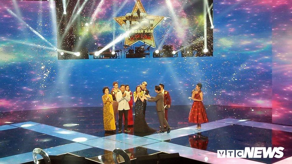 Giang Hong Ngoc dang quang Quan quan 'Cap doi hoan hao 2017' hinh anh 1