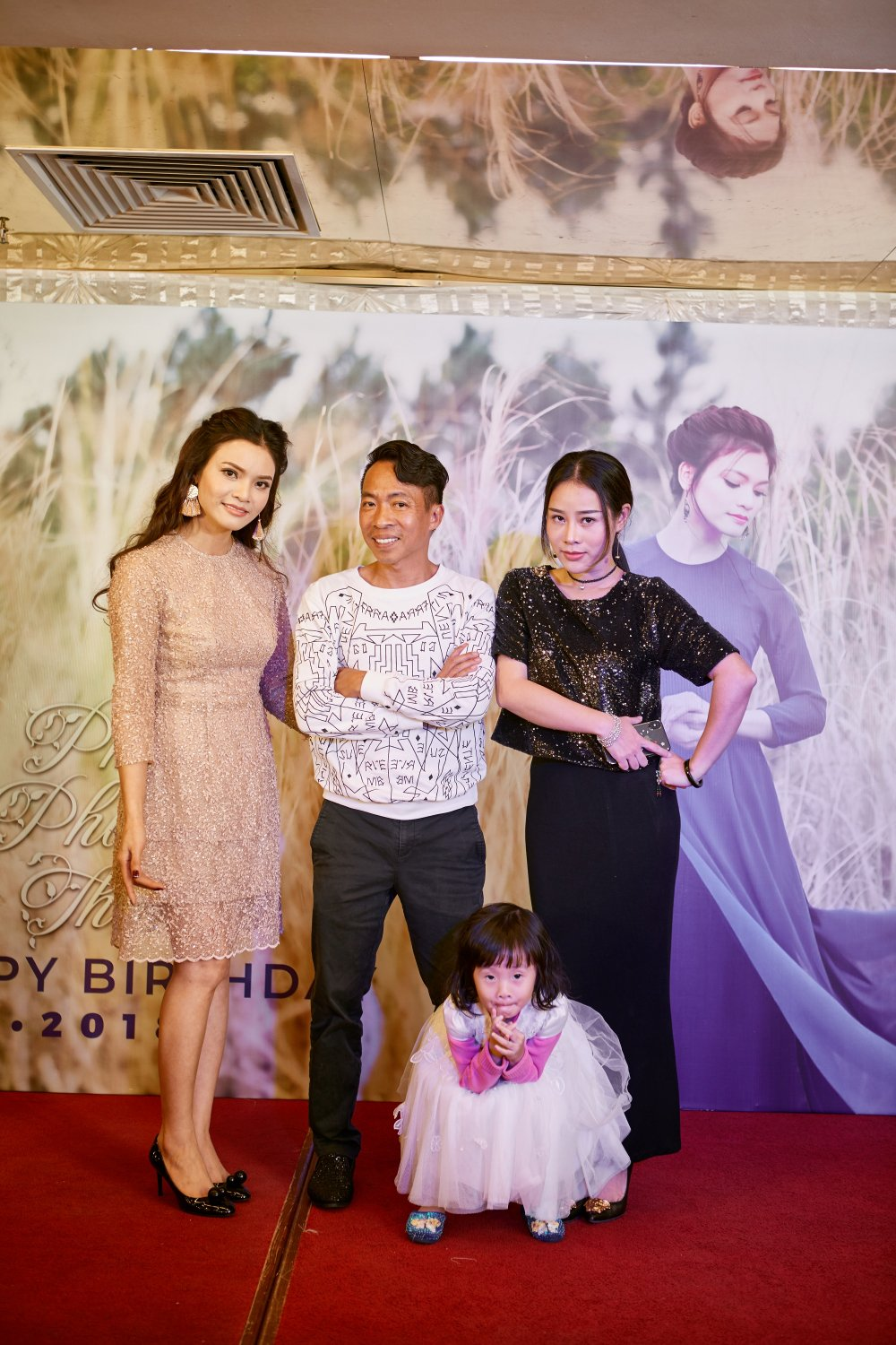 Nghe si Ha Noi hat 'Quoc ca' mung U23 trong tiec sinh nhat Pham Phuong Thao hinh anh 5