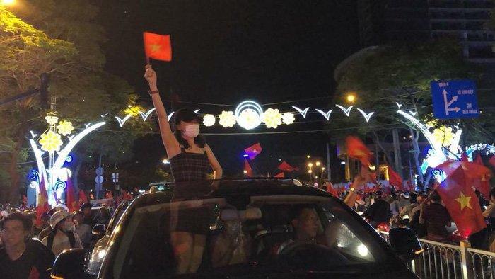 Video: Phan ung cua My Tam khi duoc khuyen 'coi do', lay chong de ung ho U23 Viet Nam hinh anh 1